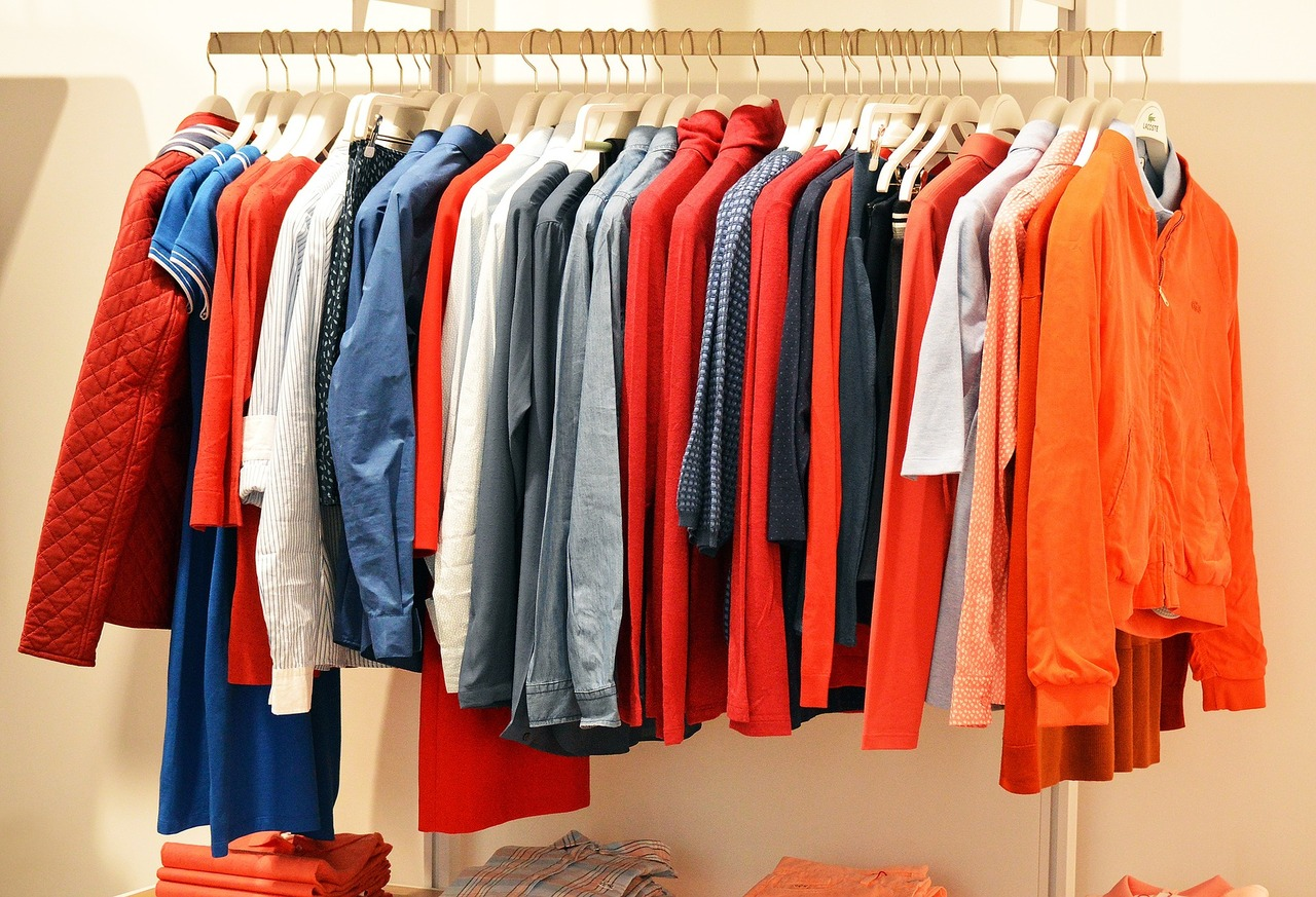 photo de vêtements colorés sur un rack